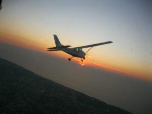 טיסה בשקיעה בשמי הארץ