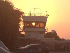 מגדל הפיקוח בשדה תעופה הרצליה בשקיעה