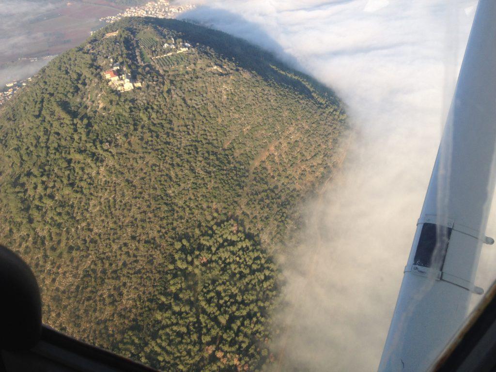 הר תבור מוקף בעננים