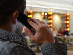 למה אסור לדבר בטלפון בטיסה