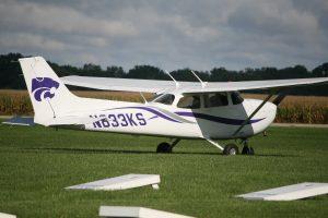 מטוס ססנה 172 עומד על דשא