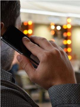 למה אסור להשתמש בטלפון סלולרי בטיסה